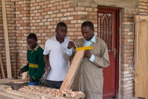 Ein Lehrer im Gespräch mit seinen Schülern